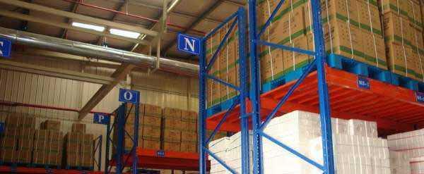 重型钢层板货架安装完毕投入使用